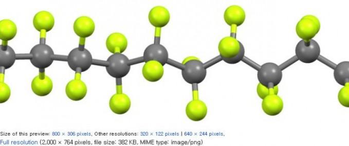 달라붙지 않는 프라이팬이 코팅재료로 유명한 플라스틱 테플론의 구조(일부). 탄소(회색 공) 골격에 불소(연두색 공)이 결합된 고분자다. 위키피디아 제공 - 위키피디아 제공